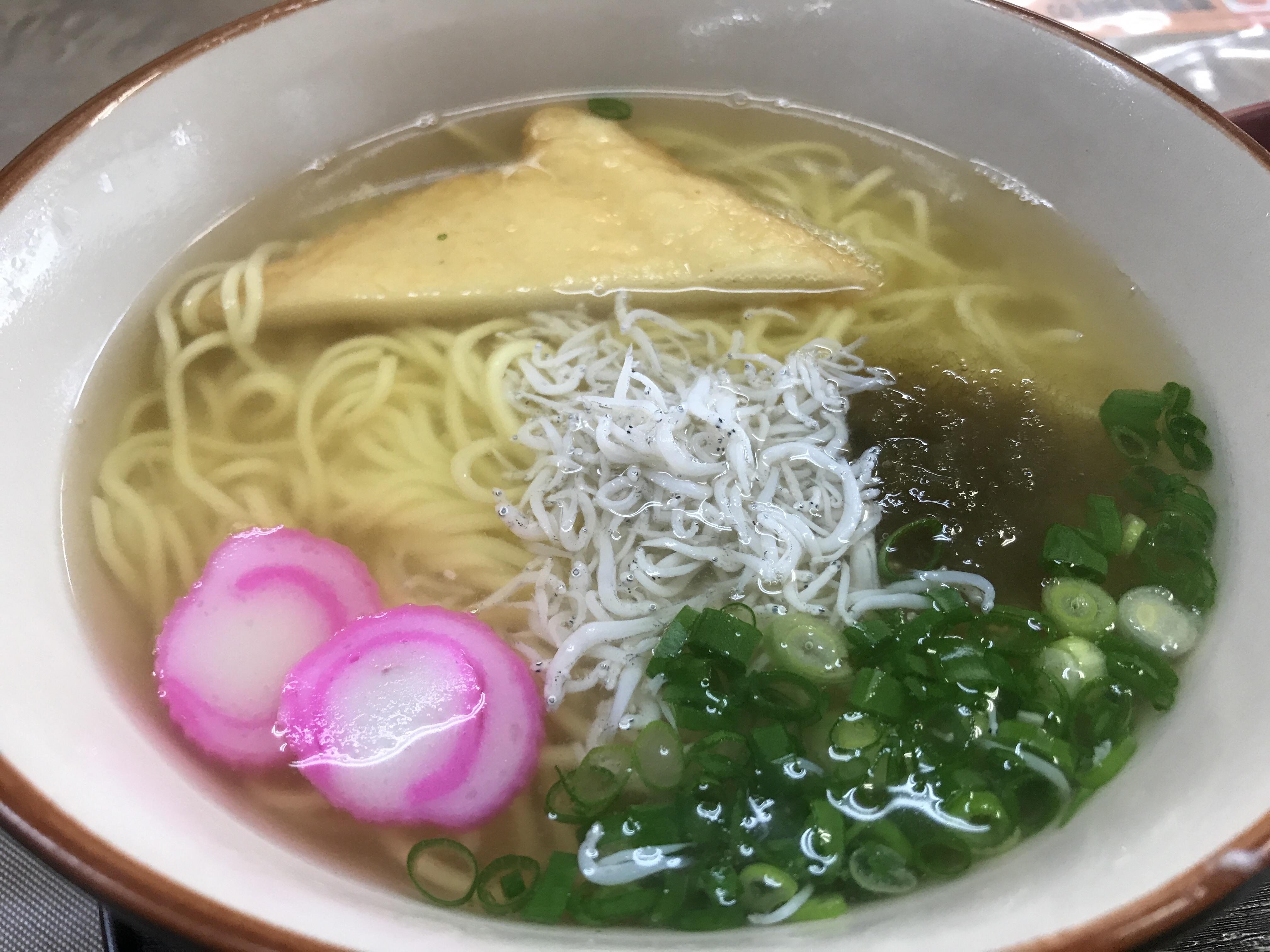 うどんの出汁とラーメンの中華麺...